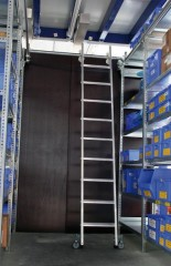 Günzburger Aluminium-Regalleiter für Doppelregal seitlich verschiebbar